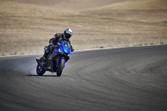 101118-2019-Yamaha_YZF-R3_Team Yamaha Blue_Action01_0186