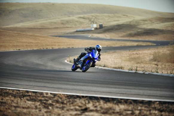 101118-2019-Yamaha_YZF-R3_Team Yamaha Blue_Action06_0009
