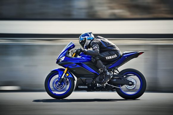101118-2019-Yamaha_YZF-R3_Team Yamaha Blue_Action07_0002