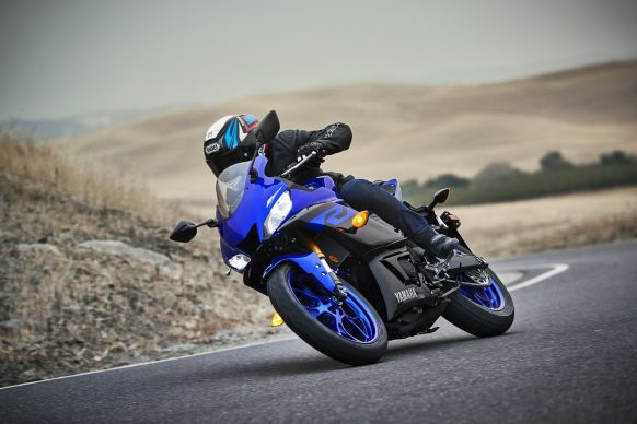 101118-2019-Yamaha_YZF-R3_Team Yamaha Blue_Action09_0011