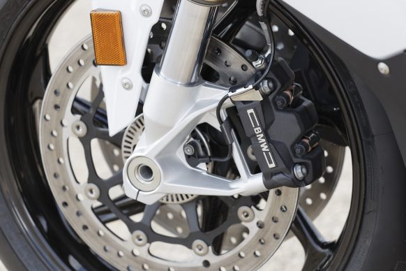 110618-2019-BMW-S1000RR-P90327382-highRes