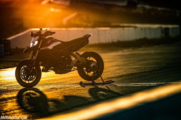 012919-2019-Ducati-Hypermotard-950-Review-SP_Static 09