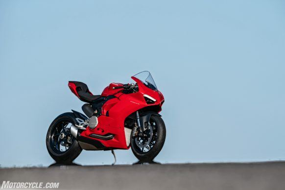 DUCATI_PANIGALE V2_AMBIENCE_02_UC101489_High-2