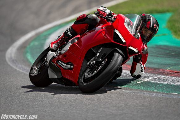 DUCATI_PANIGALE V2_AMBIENCE_07_UC101493_High-2