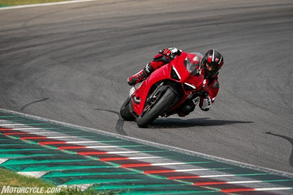 DUCATI_PANIGALE V2_AMBIENCE_11_UC101499_High-2
