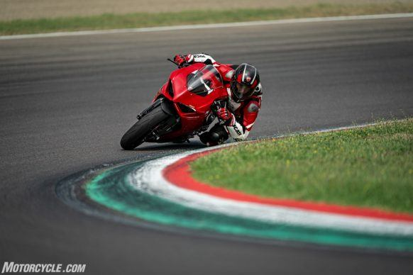 DUCATI_PANIGALE V2_AMBIENCE_12_UC101501_High-2