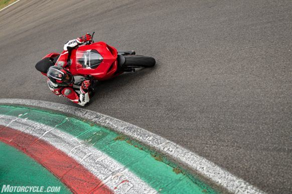 DUCATI_PANIGALE V2_AMBIENCE_19_UC101507_High-2