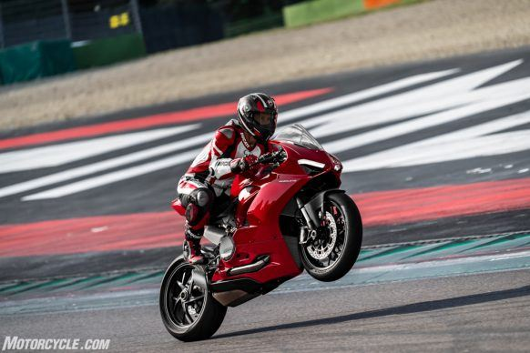 DUCATI_PANIGALE V2_AMBIENCE_22_UC101512_High-2