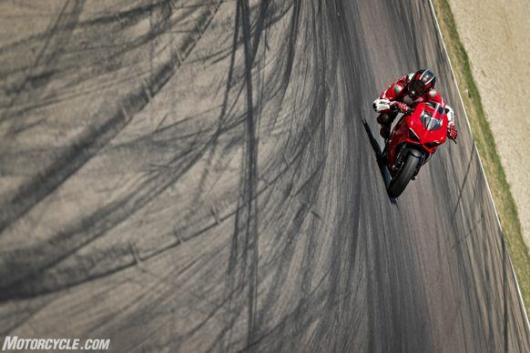 DUCATI_PANIGALE V2_AMBIENCE_31_UC101518_High-2