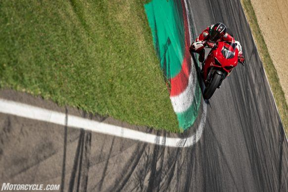 DUCATI_PANIGALE V2_AMBIENCE_32_UC101519_High-2