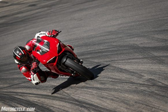 DUCATI_PANIGALE V2_AMBIENCE_33_UC101473_High-2