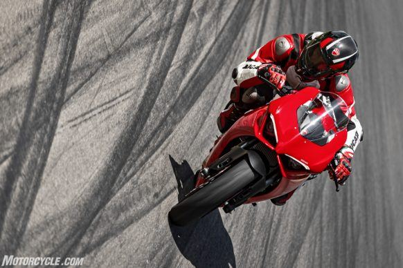 DUCATI_PANIGALE V2_AMBIENCE_34_UC101475_High-2