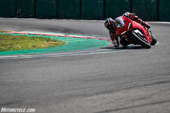 DUCATI_PANIGALE V2_AMBIENCE_38_UC101480_High-2