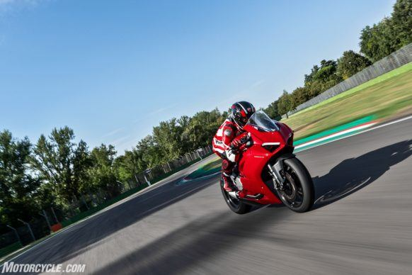DUCATI_PANIGALE V2_AMBIENCE_42_UC101482_High-2