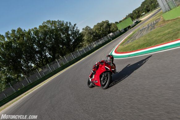 DUCATI_PANIGALE V2_AMBIENCE_44_UC101484_High-2