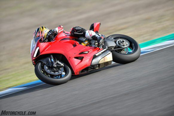 111819-2020-Ducati-Panigale-V2-review-_AC17825