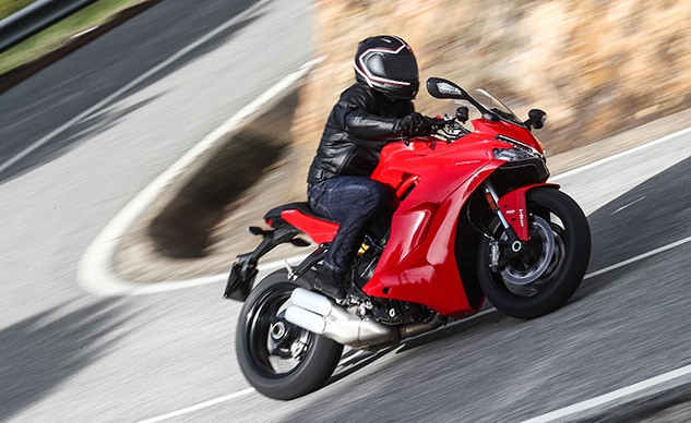 SuperSport Red Action 03_UC32015_High_feature