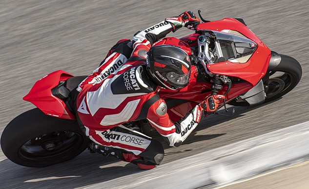 DUCATI PANIGALE V4 ACTION_02_feature