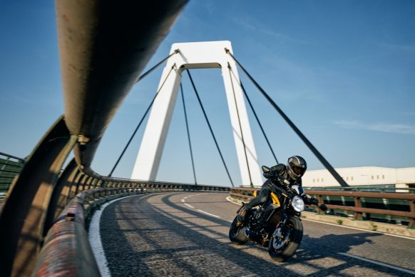 Dragster 800 RR SCS black_yellow action 2