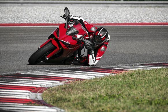 111820-2021-DUCATI_SUPERSPORT_950_S_AMBIENCE_17__UC210977_High