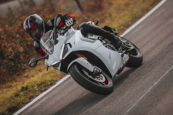 111820-2021-DUCATI_SUPERSPORT_950_S_AMBIENCE_1__UC210991_High