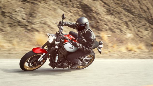 21_xsr900_radical white_rapid red_action001_03