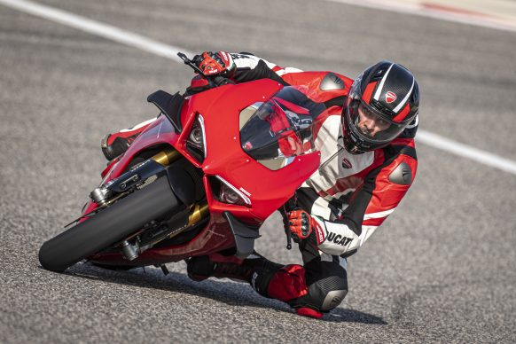 DUCATI PANIGALE V4 ACTION_01