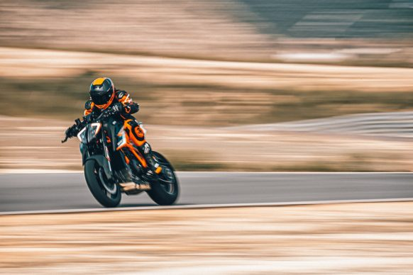 040621-2021-ktm-1290-Super-Duke-RR-377930-action