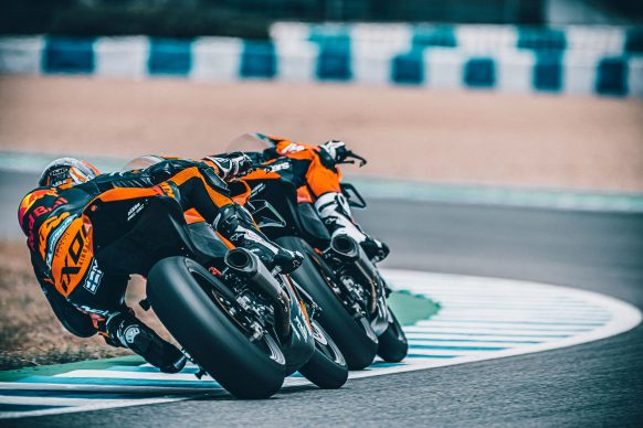 072021-2022-KTM-RC-8C-392432-Static_ Red Bull KTM Factory Racing Test team_ Action