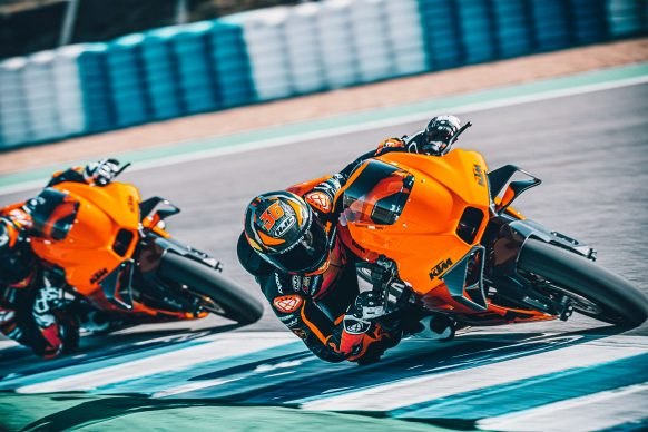 072021-2022-KTM-RC-8C-392434-Static_ Red Bull KTM Factory Racing Test team_ Action