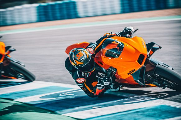 072021-2022-KTM-RC-8C-392436-Static_ Red Bull KTM Factory Racing Test team_ Action