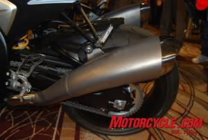 New Ti dual exhaust on the'09 Gixxer Thou.