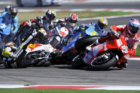 An aggressive start by Alex de Angelis took out American riders Colin Edwards and Nicky Hayden.
