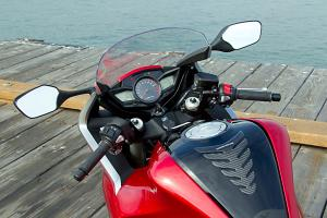 Instruments for the DCT-equipped bike are arranged like that of the standard-transmission VFR1200F, but the handlebar-mounted switchgear is all different.