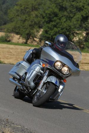 Harley-Davidson Road Glide Ultra action.silver.1