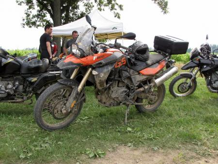 The optional orange-colored F800GS looks like a real hot rod, especially when it�s covered with a nice layer of mud.