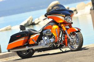CVO owners aren�t afraid of being bold. The Glide�s exclusive paint scheme is offered in four color combos, each with its own specific finishes for the engine, wheels and muffler end caps.