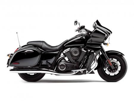 The Vaquero gets the blackout treatment to help distinguish it as a new model different from the rest of the Vulcan line. Long and low lines, hard bags and fairing with muted windshield leave no doubt the Vaquero takes inspiration from Harley-Davidson bagger stalwarts, the Road Glide and Street Glide.