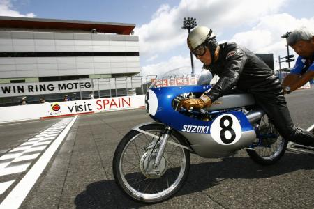 No, that's not Loris Capirossi testing a new set-up. It's 1963 Isle of Man TT winner Mitsuo Ito making a special appearance on the 1967 RK67 to celebrate Suzuki's 50th anniversary of racing.