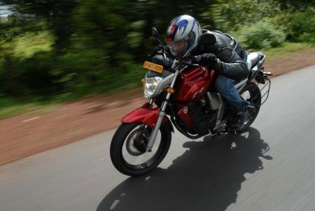 Yamaha-FZ-16-Action01