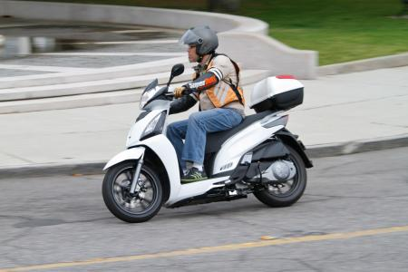 2012 Kymco People GTi Action02