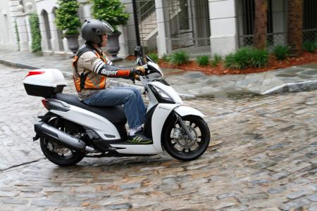 2012 Kymco People GTi Action03