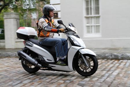 2012 Kymco People GTi Action04