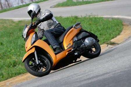 2012 Kymco People GTi Action07