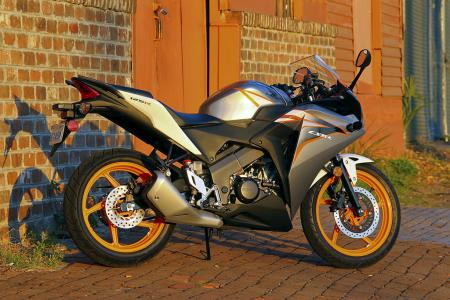 2011 Honda CBR125R Review AN8E6114