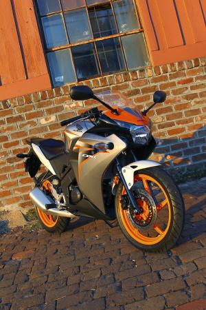 2011 Honda CBR125R Review AN8E6138