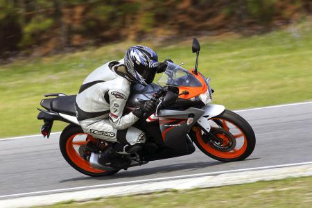 2011 Honda CBR125R Review AN8E7524