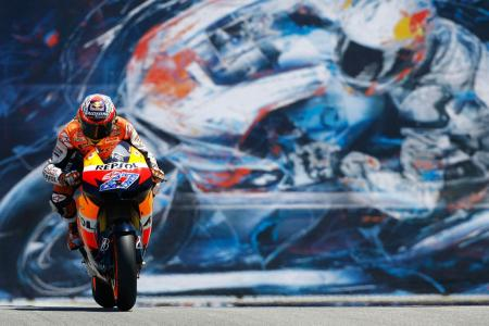 Casey Stoner made a late pass on Lap 28 to take the lead and win by about 5.6 seconds.