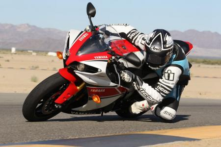 102111-2012-yamaha-yzf-r1-review-bjn75327.jpg