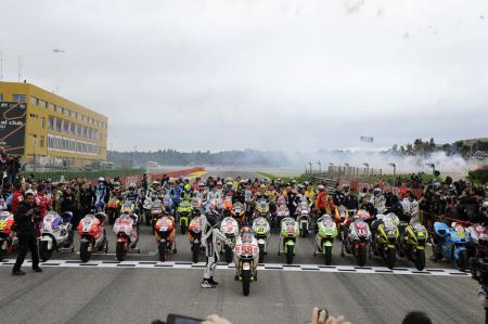 Before the race, the entire paddock from all three classes lined up at the finish line to rev their engines in Marco Simoncelli's memory. Afterwards, 1993 World Champin Kevin Schwantz led all the riders in a memorial lap.